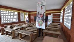 Salah satu kelas dari sekolah dasar yang disponsori Didier Drogba di Onahio, Pokou-Kouamekro, Pantai Gading, (20/1/2018).  Drogba menjadi salah satu sponsor utama untuk sekolah tersebut. (AFP/Sia Kambou)