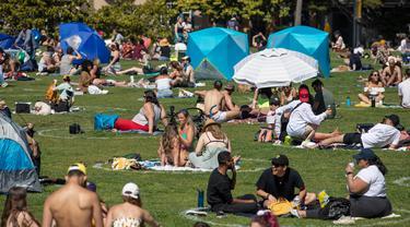 Orang-orang bersantai sembari duduk berjauhan di sejumlah area yang diberi tanda lingkaran guna memastikan dilakukannya jaga jarak sosial (social distancing) di tengah pandemi COVID-19 di sebuah taman di San Francisco, Amerika Serikat (AS), pada 24 Mei 2020. (Xinhua/Li Jianguo)