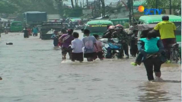 Banjir 1 meter bahkan melumpuhkan akses jalan utama menuju Bandung, pagi tadi.