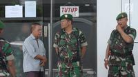 Sejumlah personel TNI berjaga di sekitar area PN Jakarta Selatan saat sidang pembacaan tuntutan terhadap terdakwa sejumlah kasus tindak pidana terorisme, Aman Abdurrahman, Jumat (18/5). (Liputan6.com/Helmi Fithriansyah)