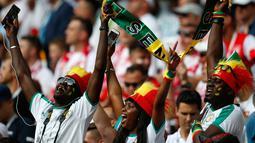 Suporter Senegal menyanyikan lagu kebangsaan mereka sebelum dimulainya pertandingan grup H Piala Dunia 2018 melawan Polandia di Stadion Spartak di Moskow, Rusia (19/6). (AP Photo / Eduardo Verdugo)