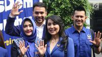 Sejumlah artis dari Partai NasDem mendaftarkan diri menjadi bakal calon legislatif (bakal caleg) ke Komisi Pemilihan Umum (KPU) RI, Jakarta, Senin (16/7). Total ada 576 bakal caleg DPR RI yang didaftarkan untuk 80 dapil. (Liputan6.com/Angga Yuniar)