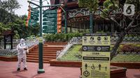 Petugas menyemprotkan disinfektan di  Fantasi, Taman Impian Jaya Ancol, Jakarta, Sabtu (11/10/2021).  Taman Impian Jaya Ancol menjadi salah satu dari 20 destinasi wisata yang direkomendasikan beroperasi kembali dalam uji coba. (Liputan6.com/Faizal Fanani)
