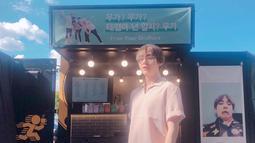 Bulan Juni lalu, Park Seo Joon dan Choi Woo Shik juga menunjukkan dukungan mereka kepada V dengan mengirim foodtruck ke fan meet BTS di Seoul. (Liputan6.com/Twitter/@BTS_twt)