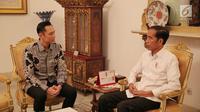 Presiden Joko Widodo atau Jokowi (kanan) berbincang dengan Ketua Kogasma Partai Demokrat Agus Harimurti Yudhoyono atau AHY di Istana Merdeka, Jakarta, Kamis (2/5/2019). Kedatangan AHY untuk bersilaturahmi dengan Jokowi. (Liputan6.com/Pool/Biro Pers Setpres)
