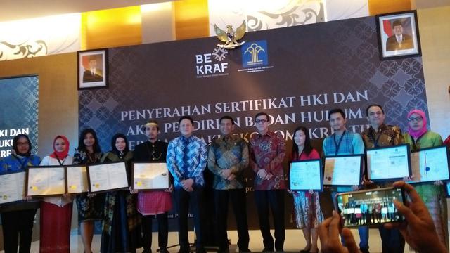 Bekraf bersama Kementerian Hukum dan HAM menyerahkan sertifikat Hak Kekayaan Intelektual (KHI) secara simbolis kepada 12 pelaku ekonomi kreatif.