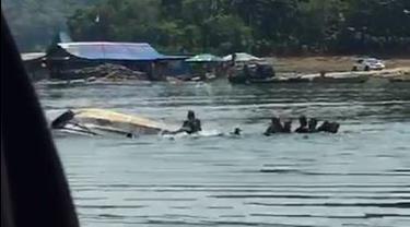 Perahu Terbalik di Waduk Kedungombo, Kemusu, Boyolali, 9 orang hilang. (Foto: Tangkapan layar video-Istimewa)