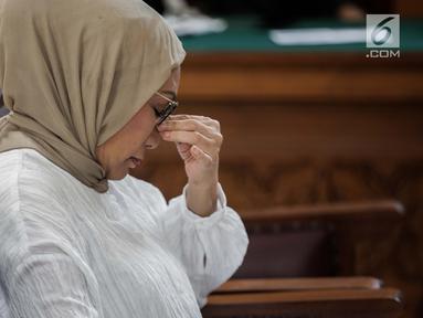 Terdakwa kasus dugaan penyebaran berita bohong atau hoaks Ratna Sarumpaet bersiap menjalani sidang putusan di Pengadilan Negeri Jakarta Selatan, Jakarta, Kamis (11/7/2019). Ratna Sarumpaet sebelumnya dituntut jaksa penuntut umum dengan pidana enam tahun penjara. (Liputan6.com/Faizal Fanani)