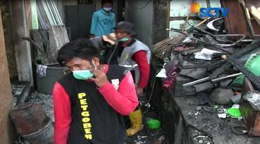 Bahu membahu dengan petugas dan relawan warga mulai membersihkan sisa-sisa puing kebakaran, dan mencari barang yang bisa diselamatkan.