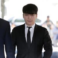 Mantan anggota boyband BIGBANG, Seungri tiba untuk menghadiri persidangan di Pengadilan Distrik Pusat Seoul, Selasa (14/5/2019). Sidang pemeriksaan itu untuk memutuskan perlu tidaknya surat penahanan terhadap Seungri terkait kasus penggelapan dan prostitusi (mucikari). (AP/Lee Jin-man)