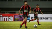 Bek Persipura Jayapura, Muhammad Tahir menggiring bola saat laga pekan pertama BRI Liga 1 2021/2022 melawan Persita Tangerang di Stadion Pakansari, Bogor, Sabtu (28/08/2021). Persipura kalah 1-2. (Bola.com/Bagaskara Lazuardi)