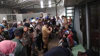 Danrem 063 Sunan Gunung Jati Kolonel Inf Very Sudijanto Sudin usai menyegel enam gudang rongsok berisi limbah medis di Desa Panguragan. Foto: (Panji Prayitno/Liputan6.com)