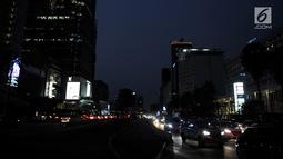 Sejumlah kendaraan melintas dengan kondisi jalan gelap tanpa penerangan akibat listrik padam di kawasan Jakarta, Minggu (4/8/2019). Pemadaman listrik serentak yang terjadi sejak Minggu siang mengubah suasana malam di ibu kota menjadi gelap gulita. (merdeka.com/Iqbal S. Nugroho)