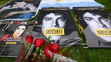 Poster dan bunga diletakkan di luar tempat peristirahatan terakhir Michael Jackson di mausoleum Holly di Terrace Forest Lawn Cemetery, California, Selasa (25/6/2019). Tepat pada hari ini sepuluh tahun yang lalu berita kematian King of Pop Michael Jackson sempat mengguncang dunia. (Robyn Beck/AFP)