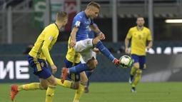 Striker Italia, Ciro Immobile, mengontrol bola saat pertandingan melawan Swedia pada laga leg kedua playoff Piala Dunia 2018, di Stadion Giuseppe Meazza, Senin (13/11/2017). Italy bermain imbang 0-0 dengan Swedia. (AFP/Miguel Medina)
