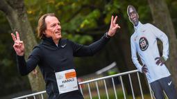 Seorang pelari berpose sebelum kompetisi Vienna City Marathon (VCM) Tribute to Eliud - Vienna Race di Wina, Austria (12/10/2020). Eliud Kipchoge mencatatkan waktu kurang dari dua jam, atau satu jam 59 menit 40 detik. (Xinhua/Guo Chen)
