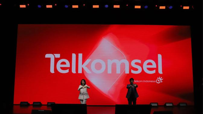 Direktur Utama Telkomsel Hendri Mulya Syam dan Direktur Marketing Telkomsel Rachel Goh mengumumkan logo baru Telkomsel (Foto: Telkomsel).
