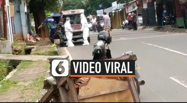Warga kota Serang provinsi Banten dikagetkan dengan prosesi pemakaman yang tak lazim. Petugas yang mengeluarkan jenazah dari ambulans memakai pakaian pelindung khusus.