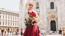Menggunakan perpaduan busana berwarna beige dan rok merah, Dian Pelangi bahkan memadukannya dengan sebuah topi berwarna senada. Gaya penampilannya ini pun berhasil curi perhatian banyak netizen, karena terlihat bak wanita Eropa. (Liputan6.com/IG/@dianpelangi)