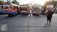 Kernet saat mencari penumpang di Terminal Blok M, Jakarta Selatan, Kamis (15/10/2015). Dishub Transportasi DKI Jakarta menyatakan bahwa kendaraan umum di ibu kota yang layak jalan hanya sekitar 13 persen. (Liputan6.com/Immanuel Antonius)