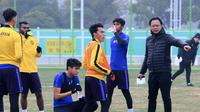 Pelatih Timnas Malaysia U-23, Ong Kim Swee (kanan), bersama tim asuhannya di Piala AFC U-23 2018. (Bola.com/Dok. FAM)