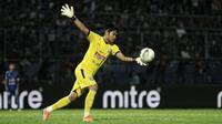 Kartika Ajie ketika Arema melawan Persita dalam laga Piala Presiden 2019 di Stadion Kanjuruhan, Kabupaten Malang (13/3/2019). (Bola.com/Iwan Setiawan)