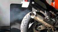 Adanya rembesan oli ke ruang bakar membuat knalpot menyemburkan asap putih.
