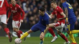 Gelandang Chelsea, Mateo Kovacic, berusaha mengamankan bola saat melawan Notthingham Forest pada laga Piala FA di Stadion Stamford Bridge, London, Minggu (5/1). Chelsea menang 2-0 atas Forest. (AFP/Adrian Dennis)
