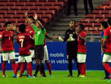 Protes para pemain Timnas Indonesia setelah Kiper Endra Prasetya Suprapto diganjar kartu merah dalam laga Piala AFF Suzuki 2012, di Stadion Bukit Jalil, Kuala Lumpur, Malaysia. Kamis, 25/11/2012. Pertandingan Berakhir seri 2-2.