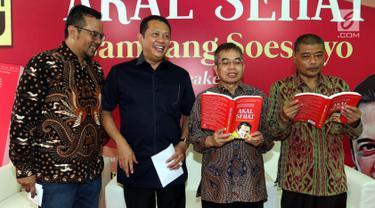 Ketua DPR RI Bambang Soesatyo (dua kiri) saat meluncurkan bukunya yang berjudul 'Akal Sehat' bersama Staf Khusus Dewan Pengarah BPIP Romo Benny Susetyo (kanan) dan cendekiawan muda Yudi Latief (dua kanan) di Posko Bamsoet, Menteng, Jakarta, Rabu (28/8/2019). (Liputan6.com/JohanTallo)