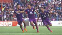 Pemain Persik Kediri merayakan gol kemenangan atas Mitra Kukar 2-0 di Stadion Brawijaya Kota Kediri, Senin (23/9/2019). (Bola.com/Gatot Susetyo)