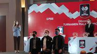 Perwakilan Persija Jakarta, Bambang Pamungkas (kiri), Ketua PSSI, Mochamad Iriawan (tengah), dan perwakilan Persib Bandung, Teddy Tjahjono dalam drawing Piala Menpora. (Bola.com/Muhammad Adiyaksa).