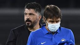 Pelatih Inter Milan, Antonio Conte, tertunduk lesu usai ditahan imbang Napoli pada laga Coppa Italia di San Paolo, Minggu (14/5/2020). Kedua tim bermain imbang 1-1. (AFP/Filippo Monteforte)