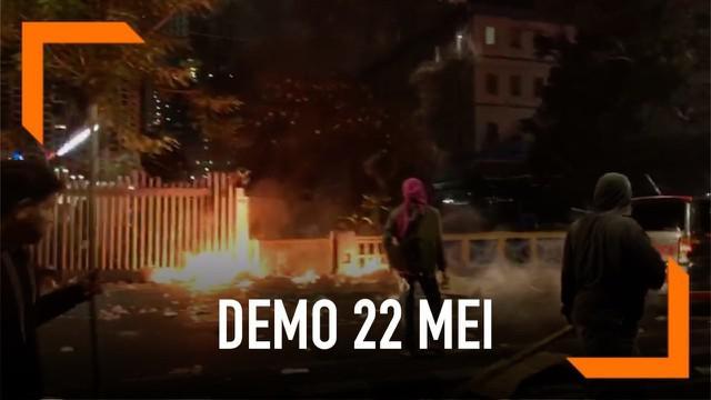 Kericuhan pecah usai massa aksi 22 Mei melaksanakan ibadah salat maghrib. Sejumlah demonstran mencoba bakar pagar gedung Bawaslu di jalan Hasyim Wahid Rabu (22/5) malam.