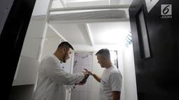 CEO Kamar Keluarga Charles Kwok dan COO Ferry Lukas mencoba cara pemesanan kamar melalui websitekamarkeluarga.iddi salah satu unit Kamar Keluarga di Duri Kosambi, Cengkareng, Jakarta, Kamis (19/9/2019). Kamar Keluarga menyediakan layanan hunian co-living.(Liputan6.com/HO/Ading)