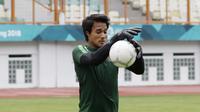 Kiper Indonesia, Muhammad Ridho, menangkap bola saat sesi latihan di Stadion Wibawa Mukti, Jawa Barat, Jumat (02/11/2018). Latihan tersebut dalam rangka persiapan jelang laga Piala AFF 2018.  (Bola.com/M Iqbal Ichsan)
