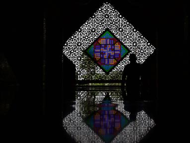 Seorang umat Islam saat memasuki Masjid At Tin, Jakarta, Selasa (14/7). Bulan suci Ramadan dimanfaatkan umat muslim untuk mendekatkan diri kepada Allah SWT dengan meningkatkan ibadah di masjid. (Liputan6.com/Helmi Fithriansyah)