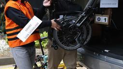 Tersangka Harry Sidabuke (kiri) bersama perantara anggota Komisi II DPR Ihsan Yunus, Agustri Yogasmara memasukkan sepeda ke dalam mobil saat rekonstruksi perkara dugaan korupsi pengadaan bantuan sosial penanganan COVID-19 di gedung KPK, Jakarta, Rabu (10/2/2021). (Liputan6.com/Helmi Fithriansyah)
