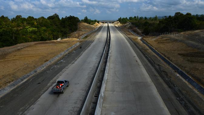 Pandangan umum jalan tol ruas Banda Aceh- Sigli seksi 4 Indrapuri - Blang Bintang di Aceh, Jumat (21/2/2020). Ruas jalan tol Sigli - Banda Aceh sepanjang 74 km itu merupakan tol pertama di Aceh dan bagian dari Jalan Tol Trans Sumatera (JTTS). (Photo by CHAIDEER MAHYUDDIN / AFP)
