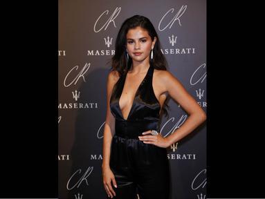 Selena Gomez menjadi pusat perhatian di acara launching CR Fashion Book, Paris, (30/9/14). (AFP PHOTO/Thomas SAMSON)