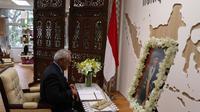 Presiden dan PM Singapura mengisi Condolence Book, di Showcase KBRI Singapura (KBRI Singapura)