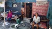 Potret kemiskinan pasangan lansia Sahid (70) dan Komah (65) di Karawang, Jabar. (Liputan6.com/Abramena)