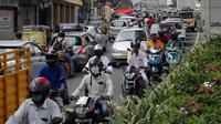 Para pengendara sepeda motor mengenakan masker saat melintas di Hyderabad, India, Jumat (17/7/20200. India melewati 1 juta kasus virus corona COVID-19 atau tertinggi ketiga di dunia setelah Amerika Serikat dan Brasil. (AP Photo/Mahesh Kumar A.)