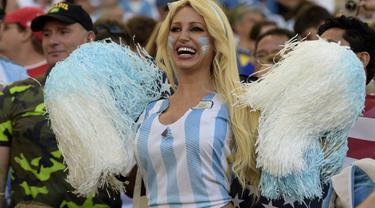 Seorang wanita suporter Argentina memberikan semangat pada timnya saat laga final piala dunia, Senin (14/7/14). (AFP PHOTO/JUAN MABROMATA)