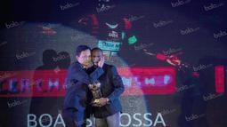 Striker Persipura Jayapura, Boaz Solossa, meraih penghargaan pemain terbaik pada Awarding Night TSC 2016 di Hotel Aryaduta Bandung, Jawa Barat, Minggu (8/1/2017). (Bola.com/Vitalis Yogi Trisna)