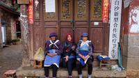 Dewi Choiriyah berfoto bersama suku Naxi di Baisha Village. (Dok. Dewi Choiriyah)