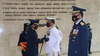 Panglima TNI memberikan tanda kehormatan bintang angkatan kelas utama kepada KSAL dan KSAU. (Dok Puspen TNI)