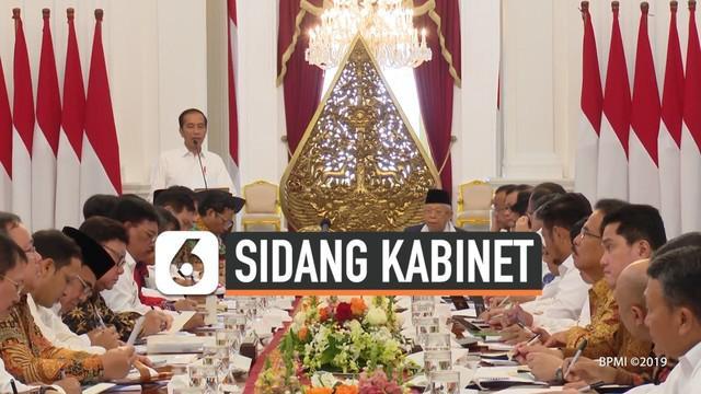 Presiden Joko Widodo atau Jokowi meminta agar para menteri kabinet Indonesia Maju untuk mengumpulkan regulasi-regulasi yang menghambat investasi. Hal ini dikatakan Jokowi saat memimpin sidang kabinet paripurna perdana di Istana Merdeka Jakarta, Kamis...