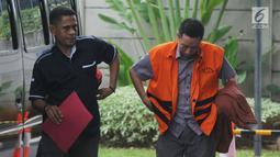 Tersangka Ali Murtopo dikawal petugas saat akan menjalani pemeriksaan di Gedung KPK, Jakarta, Kamis (6/12). Ali Murtopo diperiksa sebagai tersangka dugaan suap Bupati Malang Rendra Kresna. (Merdeka.com/Dwi Narwoko)