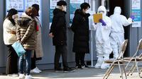 Warga yang dicurigai terinfeksi virus corona atau COVID-19 menunggu untuk mendapat pemeriksaa di pusat medis di Daegu, Korea Selatan, Kamis (20/2/2020). Wali Kota Daegu meminta warganya untuk tidak bepergian. (Lee Moo-ryul/Newsis via AP)
